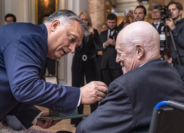 Orbán Viktor átadja a Magyar Érdemrend középkeresztje a csillaggal polgári tagozata kitüntetést Sir Roger Scruton brit író-filozófusnak Magyarország londoni nagykövetségén 2019. december 3-án