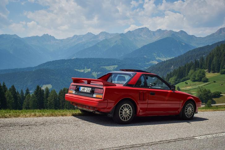 1986-ban már szabályozott katalizátorral szerelték ezt az 1,6 literes Toyotát, szóval olyan koszos nem lehet. Pláne azzal az átlag 3-4000 kilométerrel, amit ma mennek velük