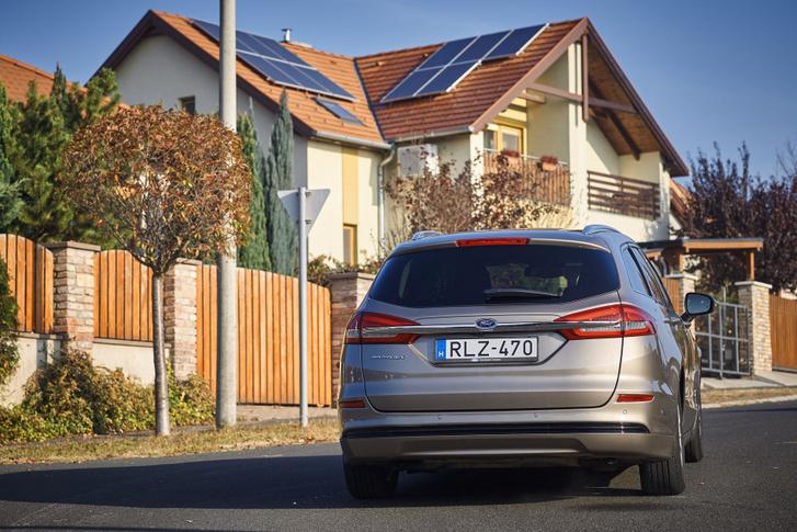 Ha otthon, saját napelemmel és szélkerékkel termeljük az áramot az elektromos kocsinkba, azzal már tényleg nehéz kötekedni - de ezt kevesen tehetik meg