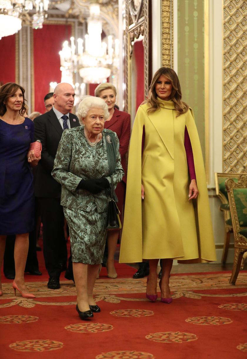 Melania Trump csodásan festett Erzsébet királynő oldalán.