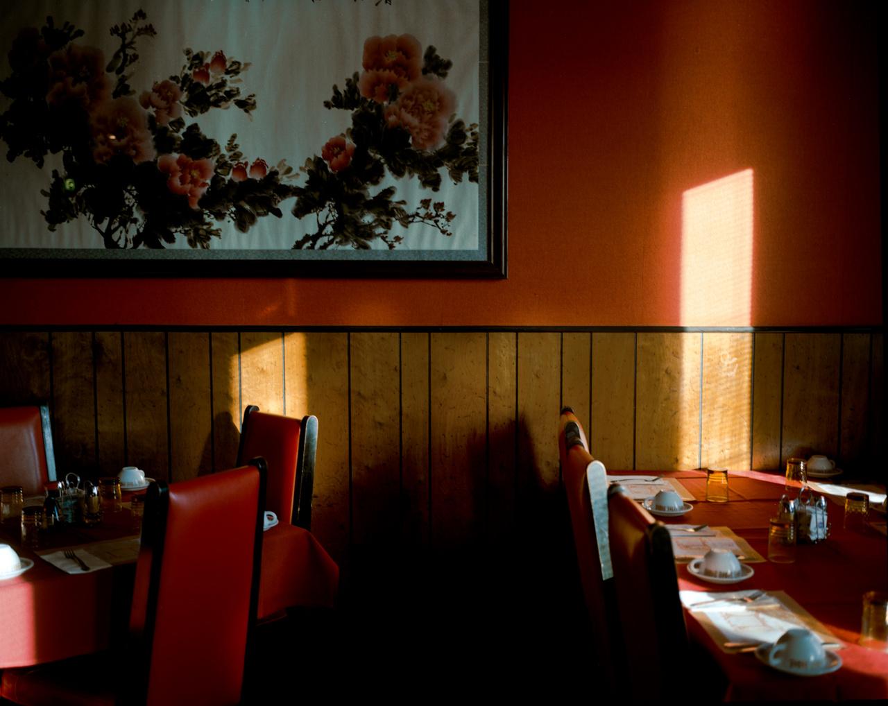 Egy nyugodt délután a China Village nevű kínai-amerikai étteremben az Idaho állambeli Jerome-ban. Az étterem egy teljesen jellegtelen kisváros teljesen jellegtelen parkolójában található, a honlapja alapján hasonló a menüje, mint egy tetszőleges magyarországi kínai büfének, bár adnak steaket és hamburgert is.
