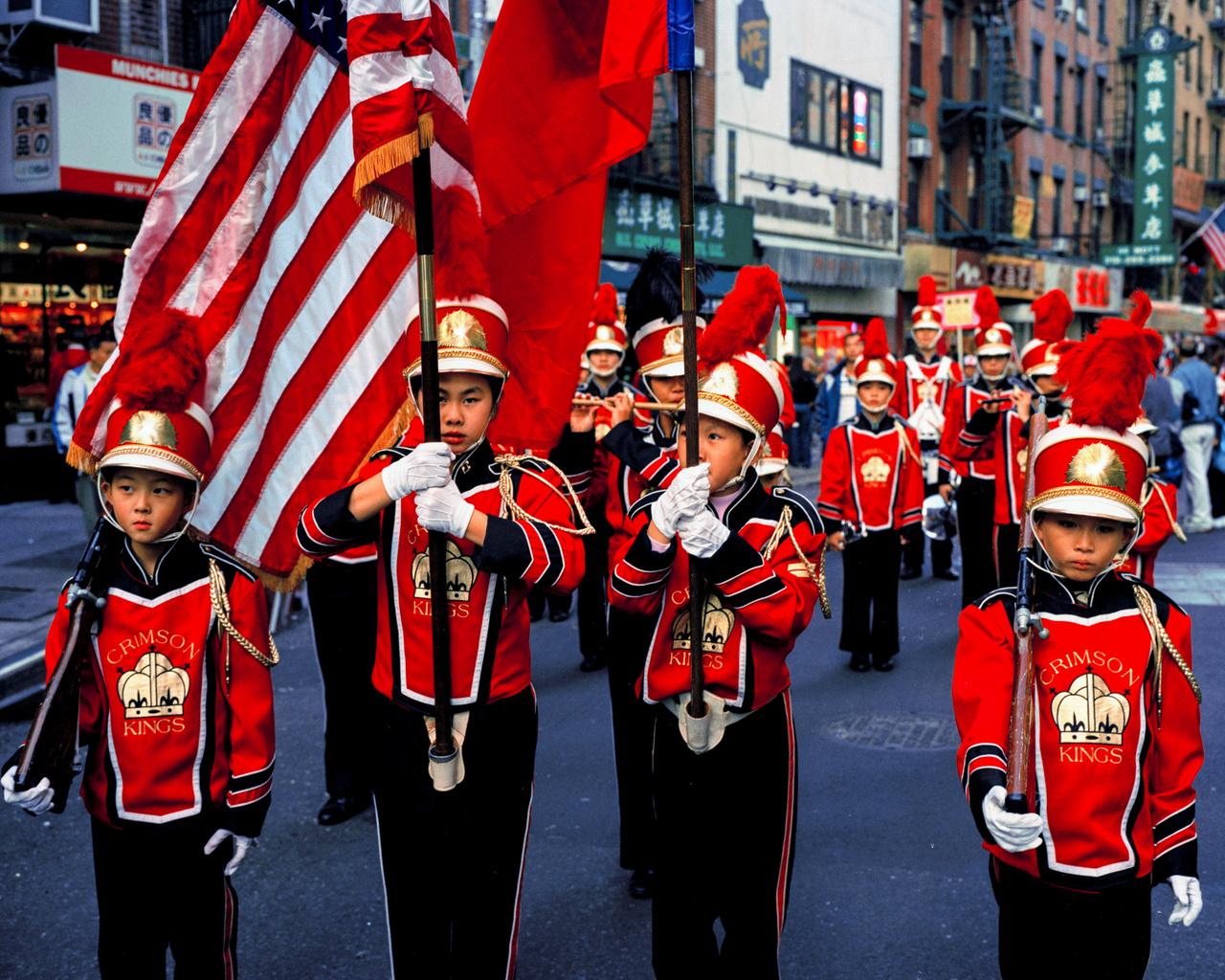 A Crimson Kings (Bíbor királyok) nevű zenekar felvonulása október 10-én, New York kínai negyedében. A dátum a Kínai Köztársaság alapításának évfordulója.