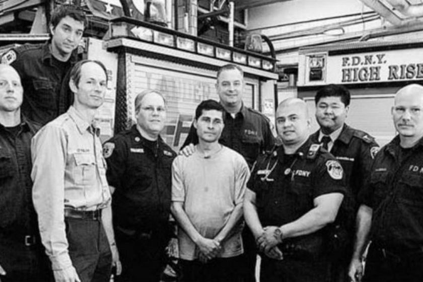Középen, fehér pólóban Edgar Moreno az őt megmentő tűzoltókkal és orvosokkal.