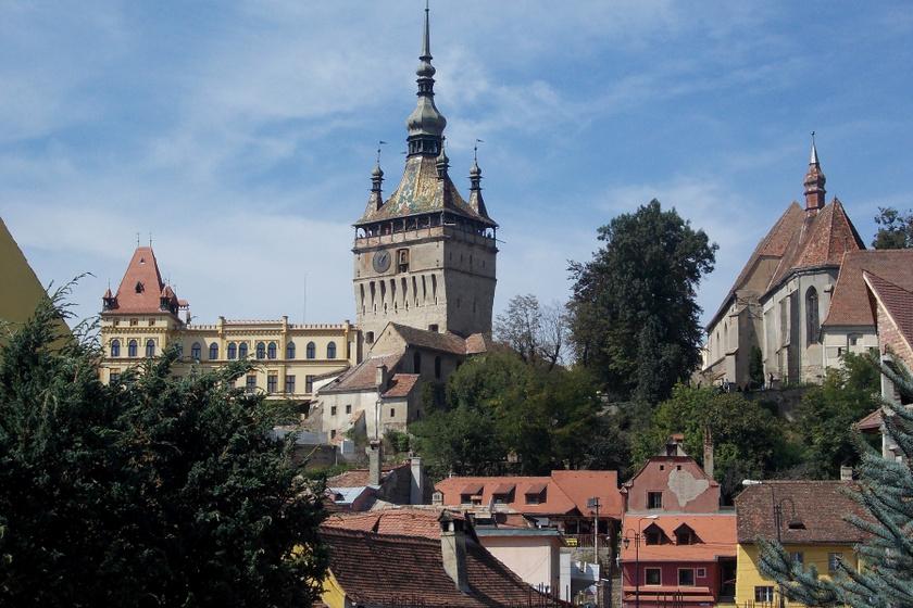 Segesvárról általában két dolog jut az ember eszébe: itt tűnt el Petőfi a segesvári csatában, és itt született Vlad Tepes, a kegyetlenségéről híres román uralkodó, aki Drakula alakját is ihlette.
