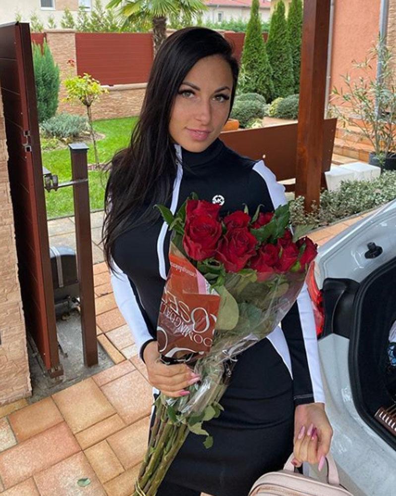 Minden nő ilyen férjet szeretne. Gáspár Laci elhalmozza Nikit ajándékokkal, ezt a rózsacsokrot is szerelme jeléül adta neki.