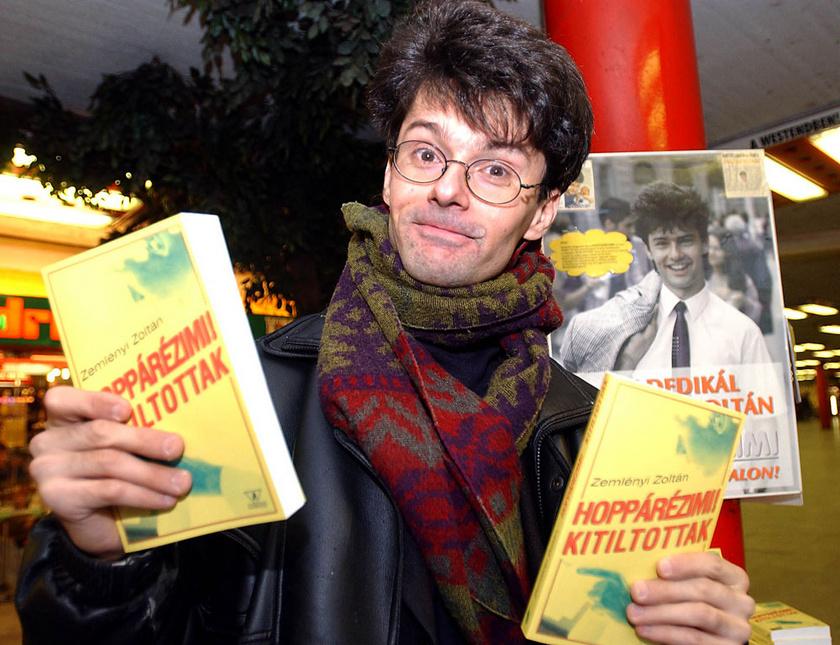 Zemlényi Zoltán író, a Hoppárézimi! Kitiltottak című legújabb könyvét dedikálja és árulja a Nyugati pályaudvari aluljáróban 2002 novemberében.