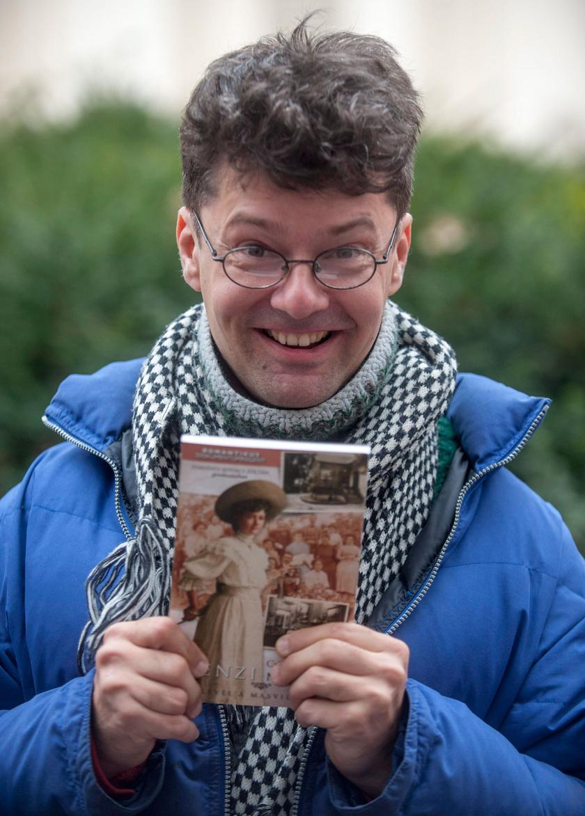 Zemlényi Zoltán 2012 novemberében bemutatta Tenzi naplója című kötetét a budapesti Deák téren tartott flashmobon.