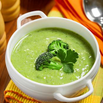 Selymes brokkolikrémleves dióval és kéksajttal: az ünnepi asztalon is megállja a helyét