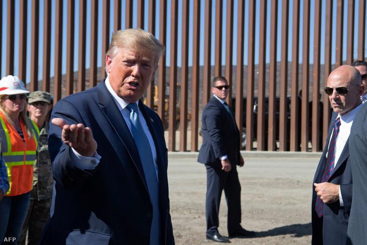 Donald Trump az USA-Mexikó határon felállított kerítés előtt