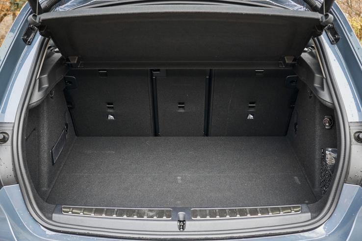 A csomagtér szabályos, jól pakolható és a nyílás is nagy