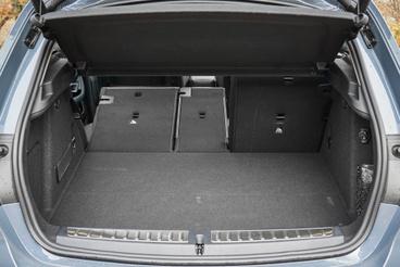 """Alapesetben 60:40 arányban dönthető az 1-es BMW támlája, a középső hely különválasztása """"Síalagút"""" néven rendelhető extra"""