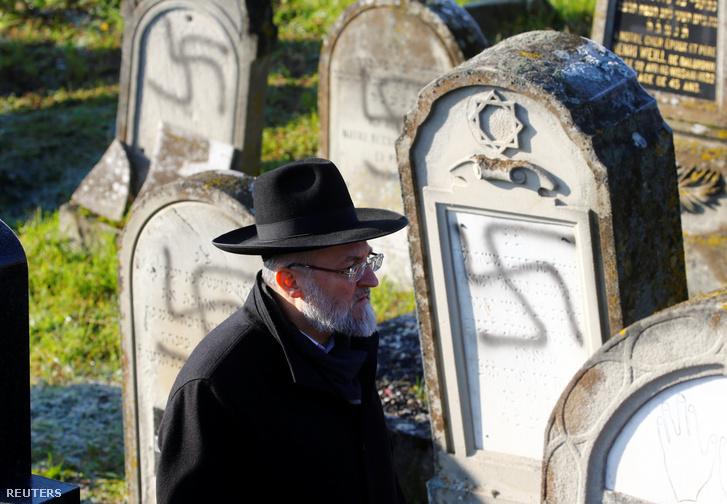 Megrongált sírok Westhoffen temetőjében 2019. december 4-én.