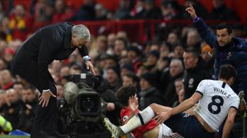 Úgy felrúgták a MU-szélsőt, hogy még Mourinhónak is fájt