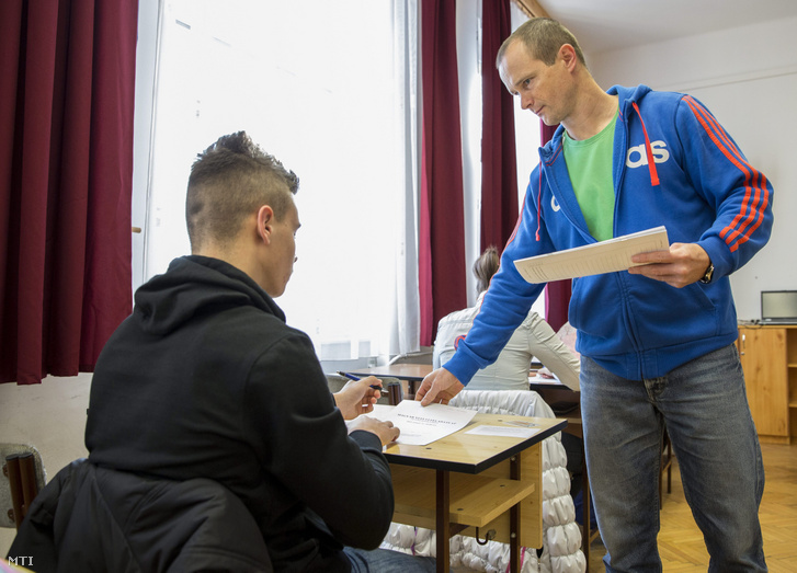 Pedagógus feladatlapokat oszt ki a központi írásbeli felvételi vizsgán az Orosházi Táncsics Mihály Gimnázium, Szakközépiskola és Kollégiumban 2015-ben. Egy napon tartják a 8 és a 6 évfolyamos gimnáziumokba a felvételit.