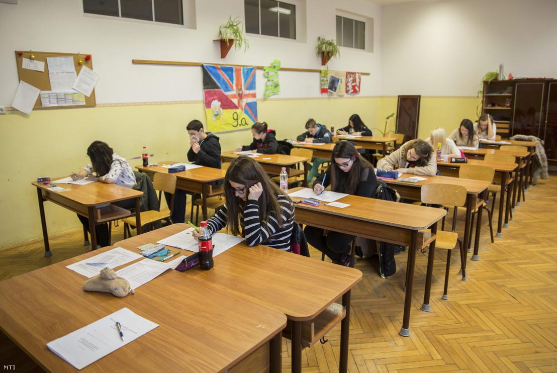 Diákok kitöltik a feladatlapokat a központi írásbeli felvételi vizsgán 2015-ben.