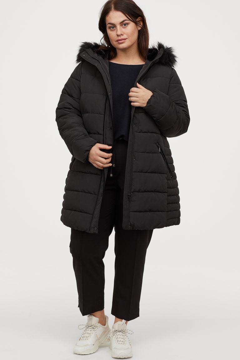 A H&M pufikabátja extra meleg, ráadásul karcsúsított derekának és varrásainak köszönhetően kiemeli a derekat. 12 995 forintért vásárolhatod meg.