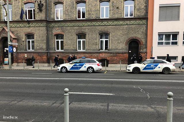Rendőrök a késelés helyszínén