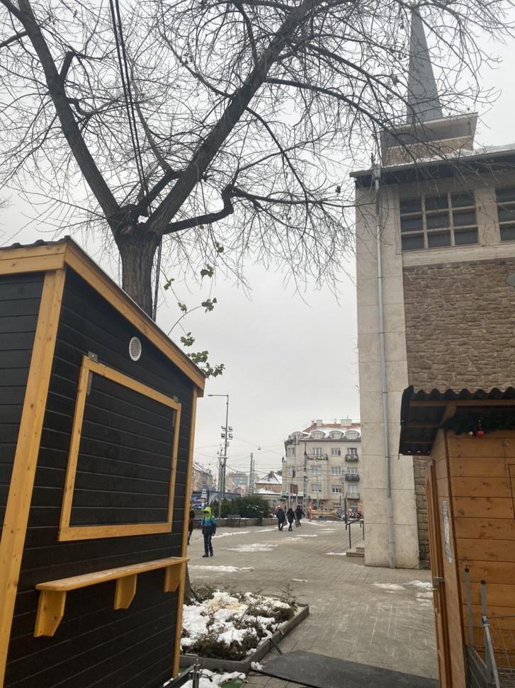 Csütörtök délután már üres volt a Bosnyák tér a megfelezett karácsonyfa helyén.