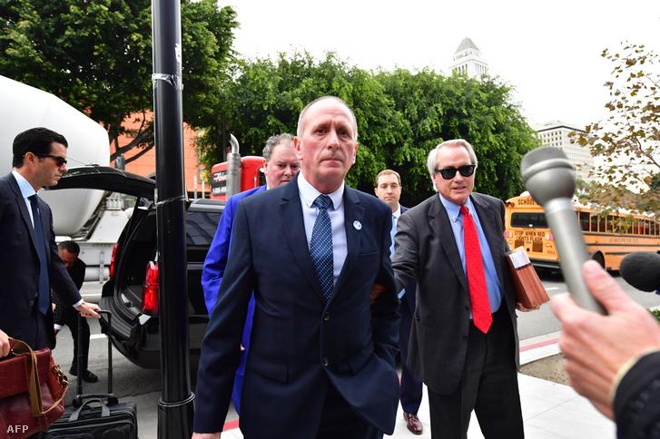 Vernon Unsworth (középen) érkezik a bíróságra az Elon Musk ellen indított perben Los Angelesben 2019. december 3-án