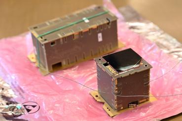 Fent az ATL-1 másodpéldánya, jobbra lent a SMOG-1, a SMOG-P ikerpéldánya.