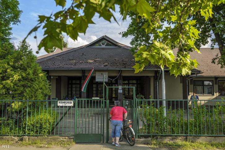 A Debreceni Terápiás Ház Pszichiátriai Betegeket és Értelmi Fogyatékosokat Ápoló-Gondozó Bentlakásos Szociális Otthon épülete 2015. június 8-án. Egy ombudsmani vizsgálat után ellenőrzésre utasította az Emberi Erőforrások Minisztériuma (Emmi) a terápiás ház fenntartóját, a Szociális és Gyermekvédelmi Főigazgatóságot az intézményben feltárt visszásságok miatt.