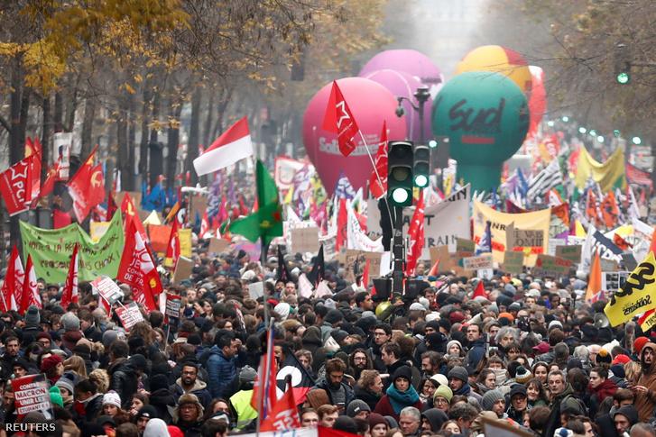 Tüntetők a szakszervezet csütörtöki megmozdulásán Párizsban