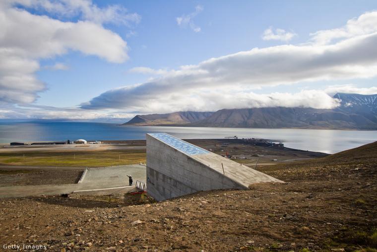 A Spitzbergák Nemzetközi Magbunkert a norvég kormány hozta létre egy esetleges globális katasztrófa – atomháború vagy akár világméretű járvány – esetére