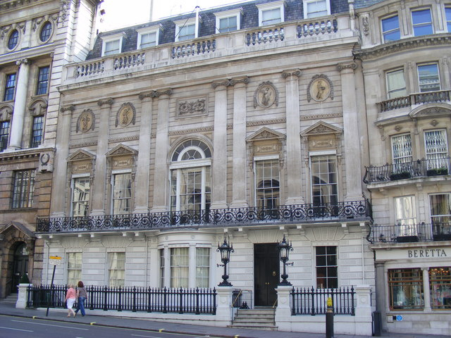 A White's Gentleman Klubot 1693-ban alapította egy olasz bevándorló, aki forrócsokoládé-üzletet nyitott Londonban, de a hely hamarosan szerencsejátékok helyszíne lett