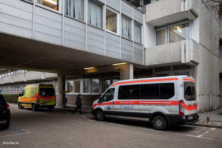 A Petz Aladár Megyei Gyakorló Kórház Sürgősségi Betegellátó Osztályának bejárata