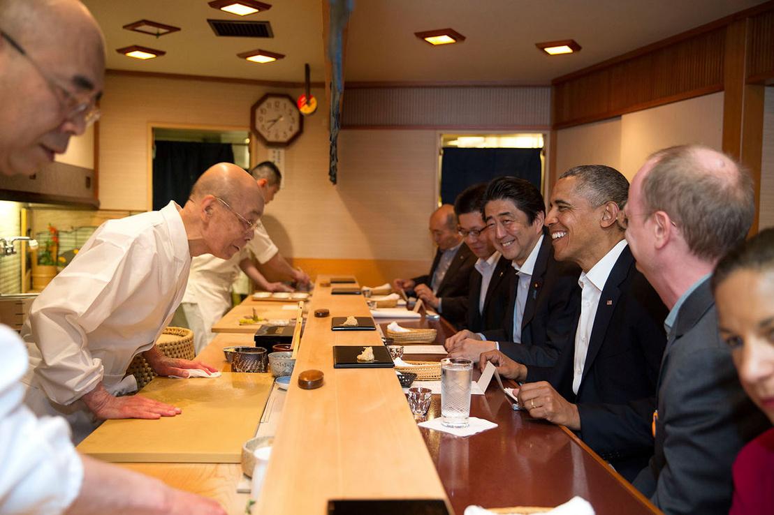 Barack Obama látogatása 2014-ben. Az amerikai elnök 30 perc helyett másfél óráig ülhetett a pultnál, viszont csak a normális üzletmenet vége után fogadták az üzletben.