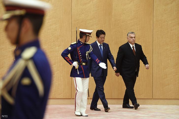 Abe Sindzó japán miniszterelnök (j2) fogadja hivatalában Orbán Viktor miniszterelnököt (j) Tokióban 2019. december 6-án.