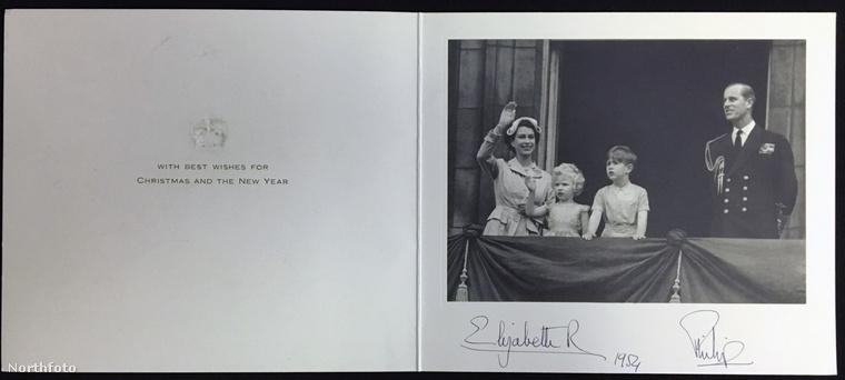 Az 1954-es képen a Buckingham palota erkélyéről kívánnak boldog karácsonyt.