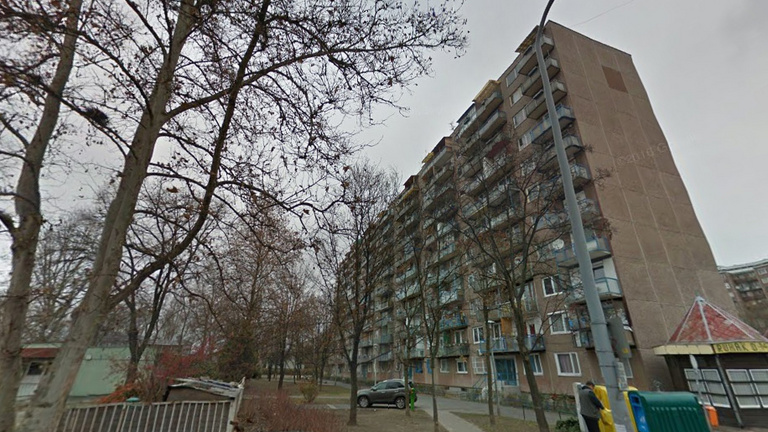 Ott áll négy tízemeletes, és a lakóknak megtiltották, hogy kimenjenek a saját erkélyükre