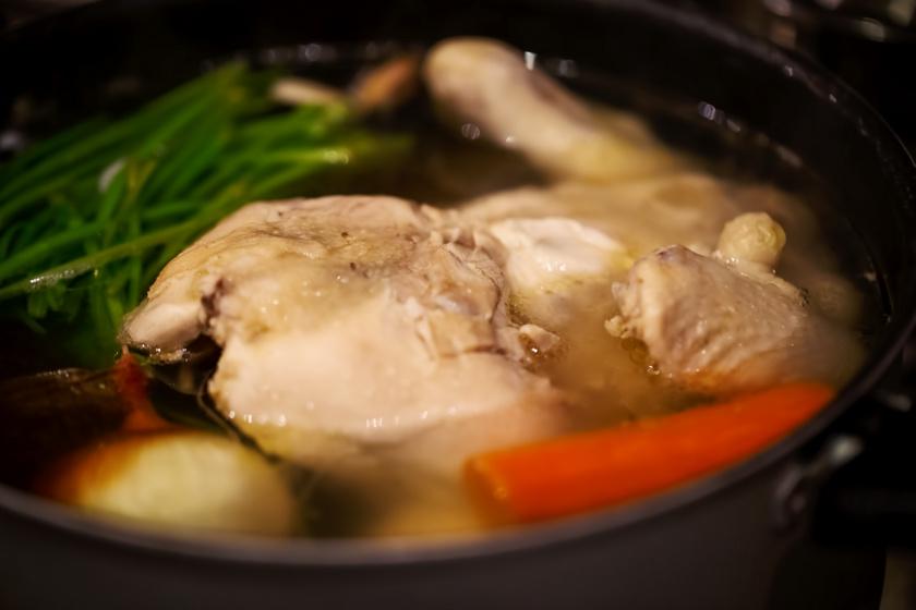 Karácsonyi húsleves gazdagon: egészben fő bele a csirke