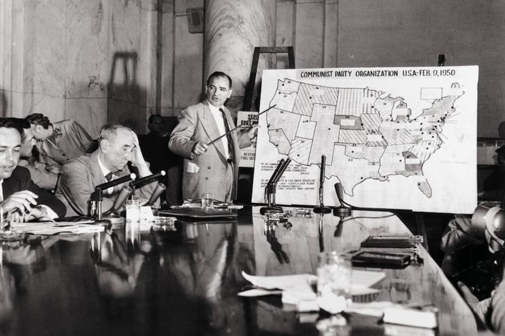 Joseph McCarthy, amerikai térképpel a Kommunista Párt Szervezetéről tartott meghallgatásán