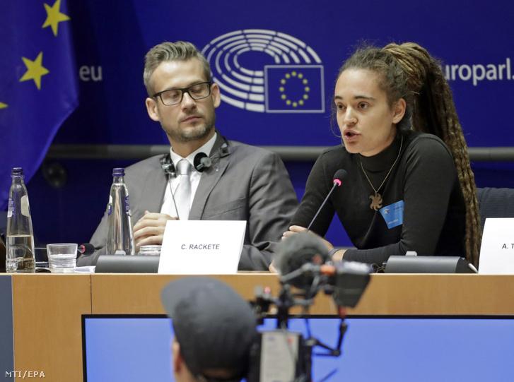 Carola Rackete a Sea Watch 3 az Európába igyekvő illegális bevándorlók szállítására szakosodott holland bejegyzésű hajó német kapitánya az Európai Parlament Állampolgári Jogi Bel- és Igazságügyi Bizottságának (LIBE) migrációval foglalkozó közmeghallgatásán az EP brüsszeli épületében 2019. október 3-án. Mellette Molnár Tamás az Európai Unió bécsi központú Alapjogi Ügynökségének (FRA) migrációs jogi kutatója.