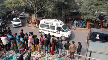 Belehalt sérüléseibe a megerőszakolt, majd felgyújtott 23 éves indiai nő