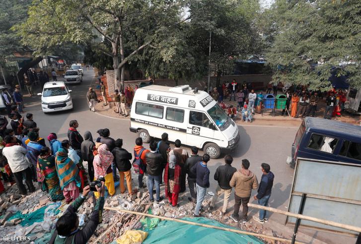 Mentőautóval szállítják az újdelhi kórházból otthonába annak a 23 éves nőnek a holttestét, akit támadói felgyújtottak