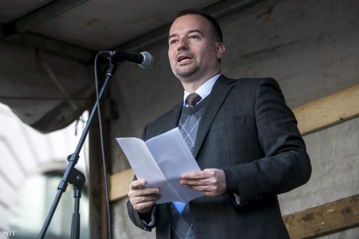 Lattmann Tamás jogász felszólal a civilek és ellenzéki pártok A korrupció kormánya ellen címmel meghirdetett tüntetésén 2015-ben