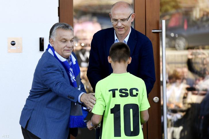 Orbán Viktor miniszterelnök és Zsemberi János a TSC elnöke a TSC Labdarúgó Akadémia megnyitó ünnepségén a vajdasági Topolyán 2018. szeptember 27-én