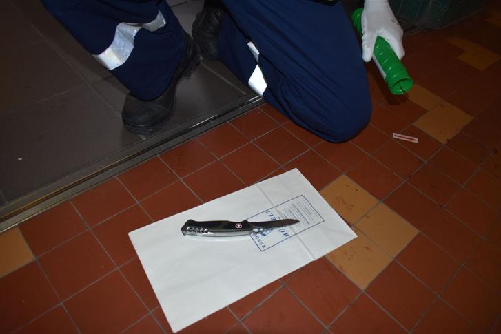 Bűnügyi technikus bűnjelként rögzíti a bicskát, amivel a diák megszúrta tanárát a győri Jedlik Ányos Szakközépiskolában