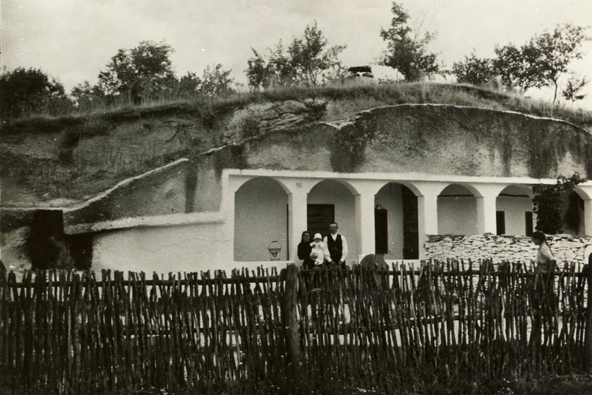 Család a noszvaji barlanglakásuk előtt, 1935-ben