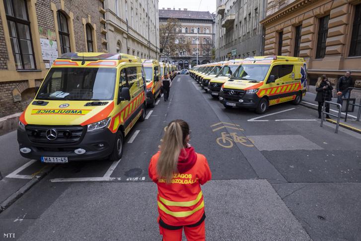 Újonnan beszerzett mentőautók az Országos Mentőszolgálat (OMSZ) Markó utcai központjában 2019. november 25-én.