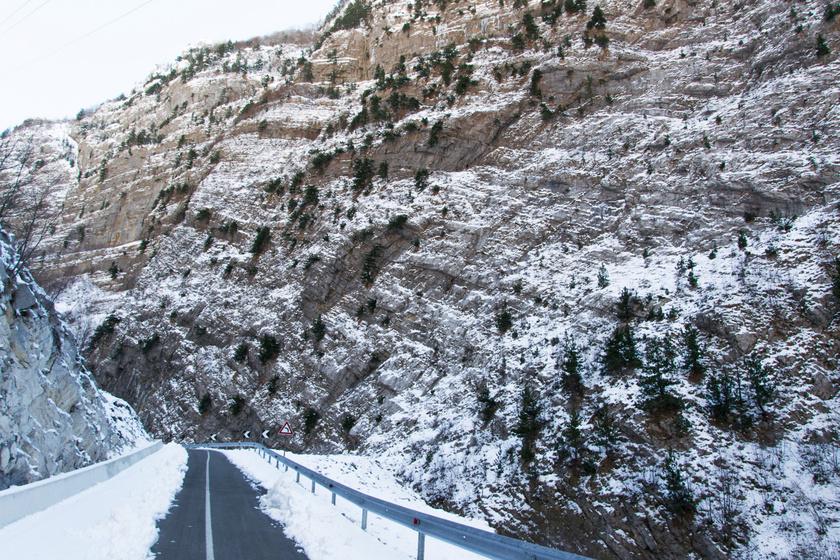 Albánia tele van hegyekkel, így érdemes felkészülni a szerpentines utakra. Bizonyos szakaszokon nem tudják teljesen eltakarítani a havat sem, csak gyakorlott vezetőknek ajánlott nekivágni kocsival a téli Albániának.