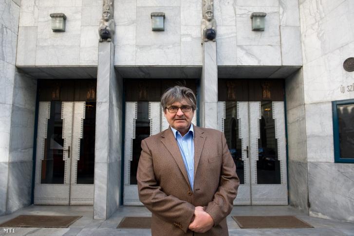 Dörner György az Újszínház épülete előtt