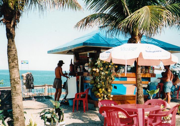 A jellegzetes parti bárok egyike, ahol hihetetlen macsetékkel csapkodták le a kókuszdiók tetejét