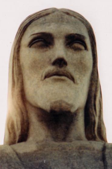 A szobor egyébként Párizsban készült, darabokban szállították át és hordták fel a hegyre, ahol aztán felállították