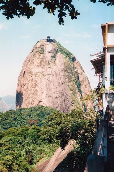 A Cukorsüveg-hegy: a braziloknak mindenről a cukor jut az eszükbe, mondjuk okkal. A helyi alkoholos autózásnak is a cukornád-maradék az alapja