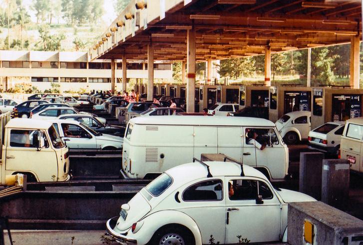 Az autóparkról egy pillanatfelvétel. Bár itt van a képen Bogár, az emberek többsége sokkal újabb kocsikkal járt ekkor már