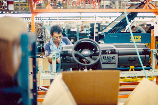 Egy B Corsa műszerfala a helyi gyárban, csak épp Chevy-logóval
